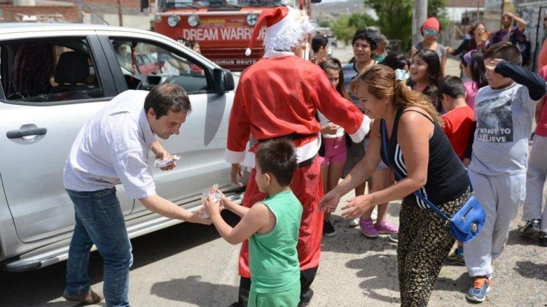 Papá Noel repartió golosinas a los chicos de todos los barrios