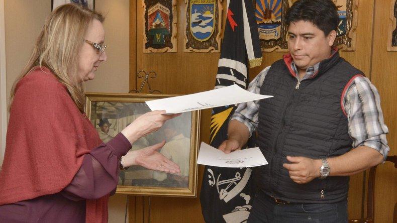 La gobernadora Alicia Kirchner recibió en manos de Claudio Vidal el petitorio de defensa de fuentes laborales.