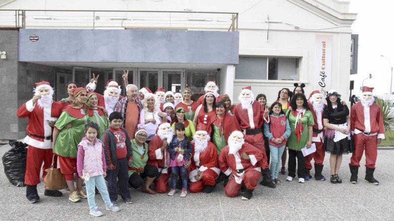 Los Papás Noel llegaron a Comodoro y repartieron