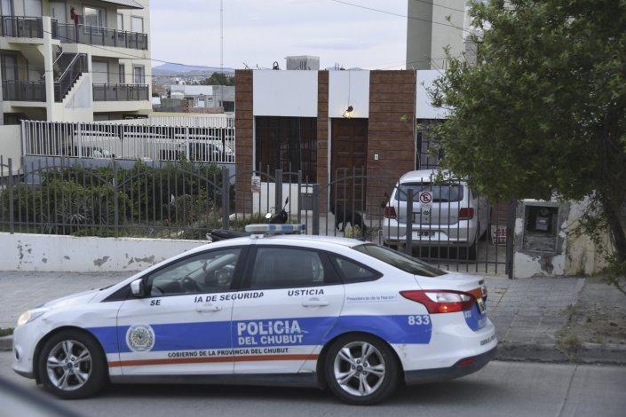 La policía de la Seccional Segunda al intervenir en el robo ocurrido en la calle Viamonte.