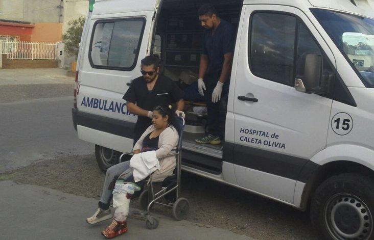 La remisera fue herida en una de sus piernas y antebrazo. Fue asistida por un equipo de emergencias médicas que la trasladó al Hospital Zonal.