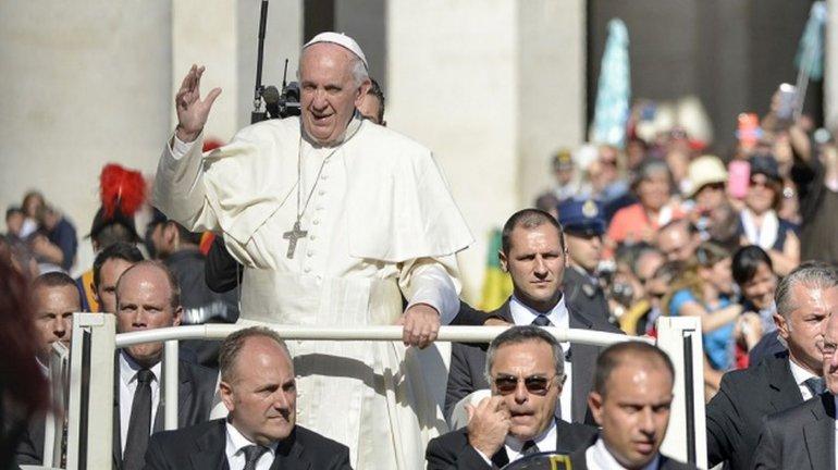 Antes de la misa de Gallo, Francisco saludó a Benedicto XVI por Navidad