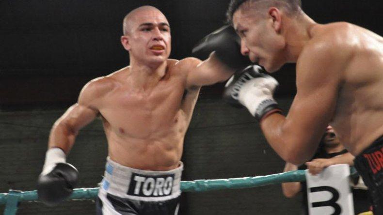 Elías Araujo conecta una potente izquierda sobre el rostro de Miguel Acosta.