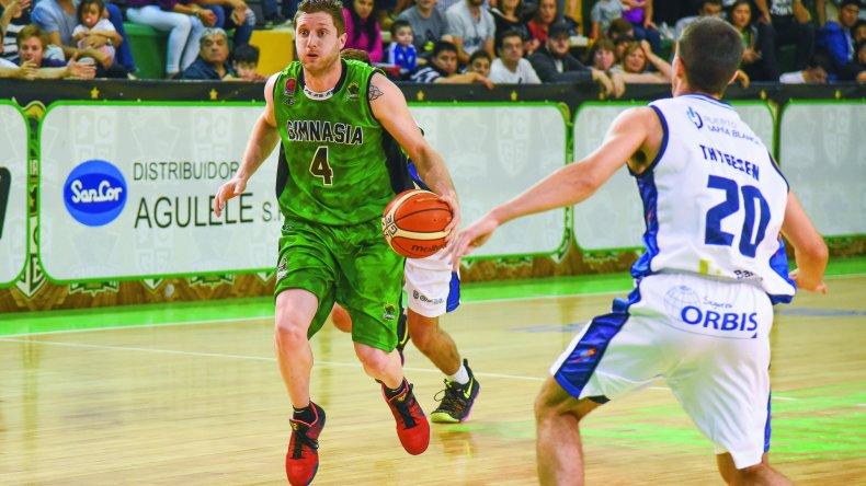 Juan Manuel Rivero se lleva el balón en el partido que Gimnasia le ganó a Bahía Basket en tiempo suplementario.