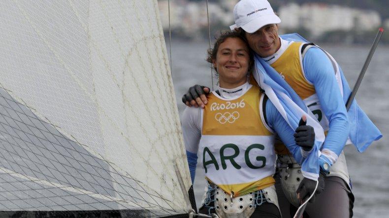 Los velistas Sebastián Lange y Cecilia Carranza Saroli en un emotivo festejo