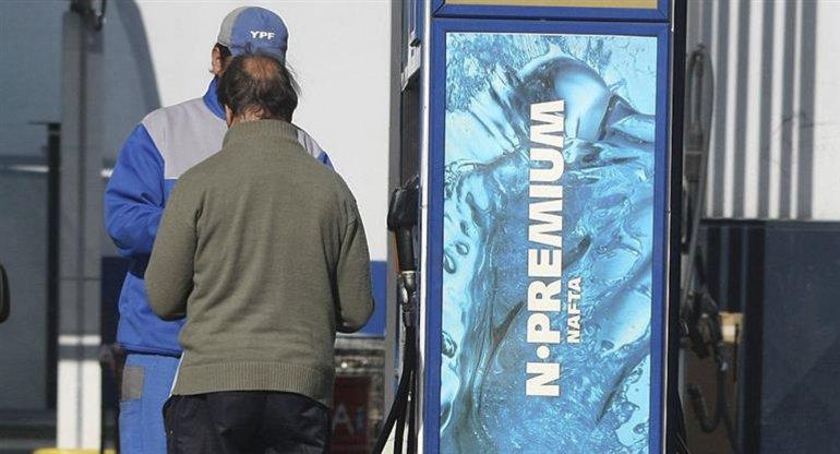 Una mala para 2017: aumentan los combustibles.