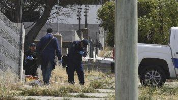 La Policía Científica recolecta evidencias en la casa de la avenida 13 de Diciembre, donde fue asesinado a puñaladas Diego Soto.