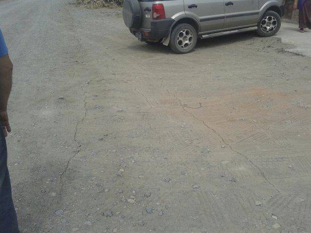 Las pequeñas grietas en el pavimento de una calle de la localidad de Esquel luego del movimiento telúrico registrado ayer cerca del mediodía.