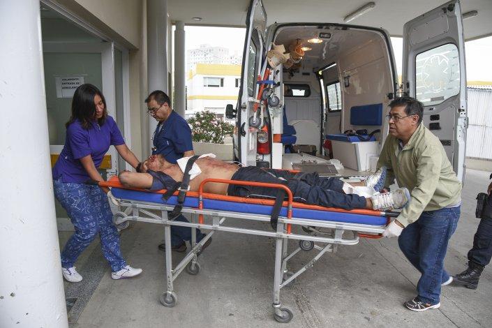 Uno de los hermanos Ramos ingresa al Hospital Regional con una herida en su estómago.