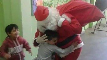 Papá Noel visitó el jardín maternal Los Grillitos