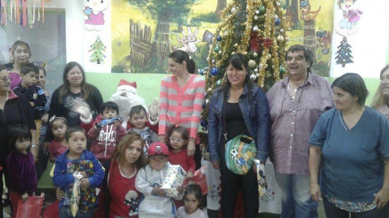 Padres y niños esperaron ansiosos a que Papá Noel ingresara por la puerta de Los Grillitos con los regalos que mandaron a pedir por carta.