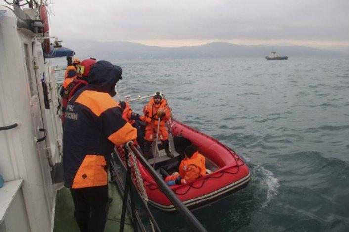 Los equipos de rescate ayer rescataron al menos once cuerpos en seis barcos que cubren 10