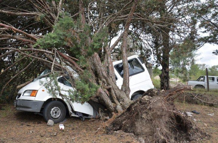 El temporal que desde el domingo hasta la madrugada de ayer azotó a una amplia zona de la provincia de Córdoba dejó como resultado decenas de evacuados y al menos cinco heridos en esa provincia.