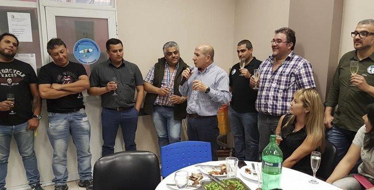 José Llugdar junto a miembros de la comisión directiva durante la despedida del año.
