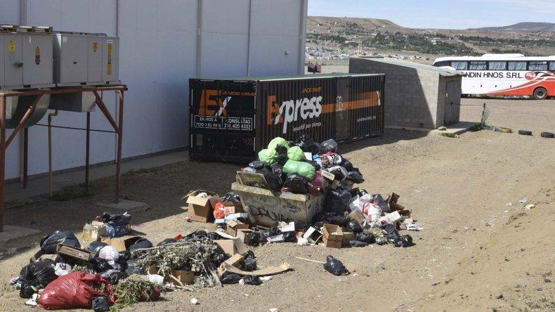 La acumulación de residuos en la parte posterior del edificio de la terminal de ómnibus se ha convertido en un crónico problema de contaminación ambiental.