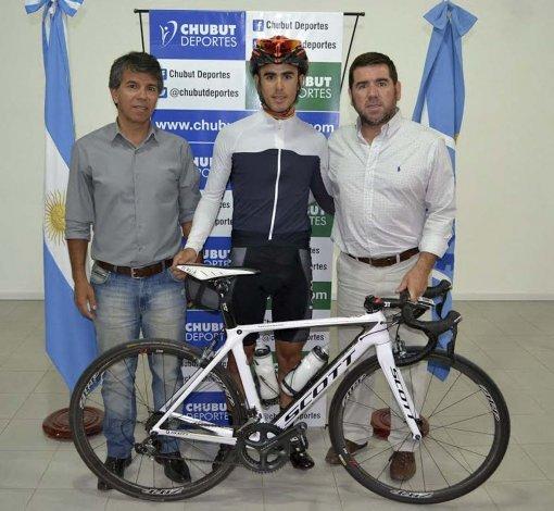 Omar Azzem acompañado por David Cárdenas y Walter Ñonquepán.