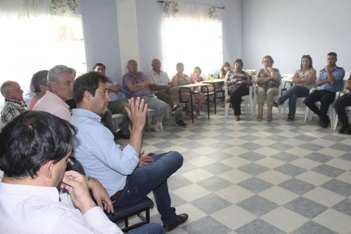 La reunión que el viceintendente y funcionarios municipales mantuvieron con habitantes de Laprida.