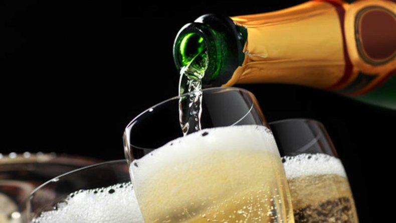Según la ciencia, así se sirve una copa de champagne perfecta