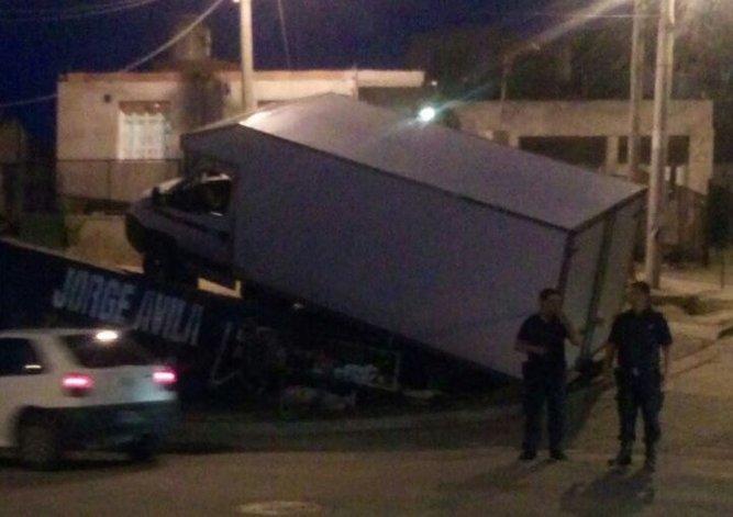 Un camión perdió el control y quedó colgado