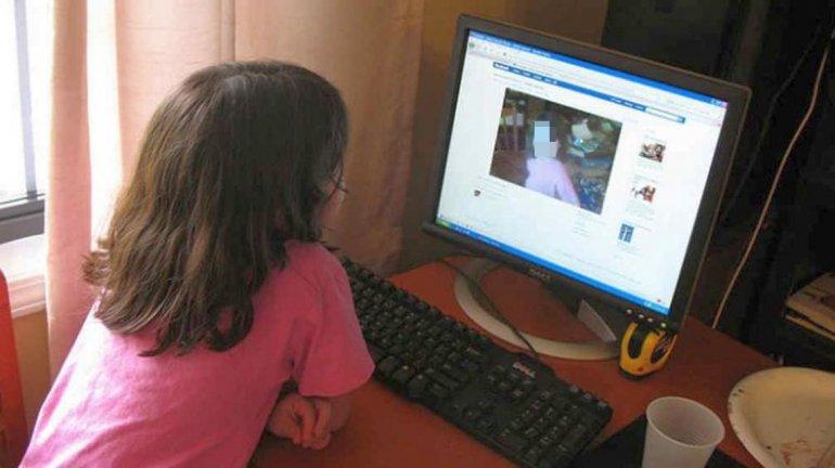 Denuncia a sus padres por subir a Facebook fotos de su infancia