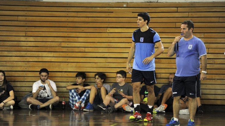 Eduardo Gallardo junto a Diego Simonet durante el entrenamiento que la selección argentina de hándbol realizó ayer en el CeNARD.