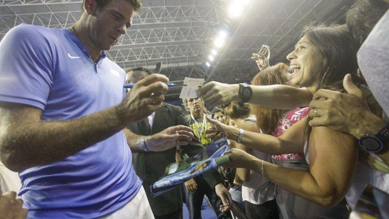 Juan Martín Del Potro firma autógrafos a la gente en el Polideportivo Islas Malvinas de Mar del Plata.
