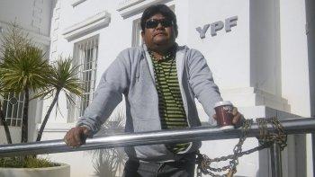 César Yáñez tiene 37 años y se encadenó ayer en las puertas de la administración de YPF, tras ser despedido de la empresa Jomar luego de sufrir un accidente laboral.