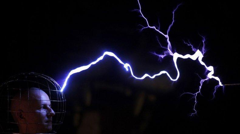 Un ingeniero realiza una demostración con una bobina de Tesla en el museo de la Ciencia llamado Elemento en Minsk