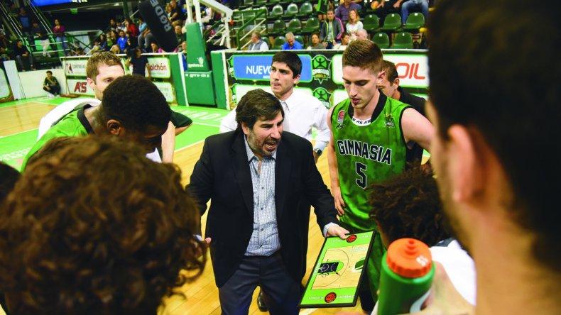 El entrenador Gonzalo García en un pedido de minuto en el partido ante Bahía Basket