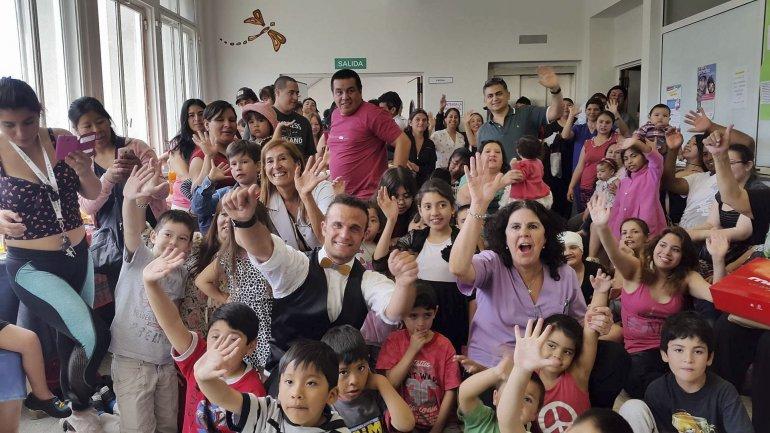 Los niños que reciben atención en la sala de internación el Hospital Regional despidieron el año compartiendo un show de magia con el mago Federico.