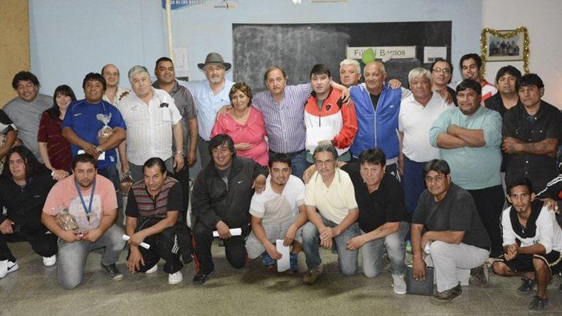 Dirigentes y miembros de la Liga Independiente junto a funcionarios municipales posaron luego de la entrega de subsidios para los clubes.