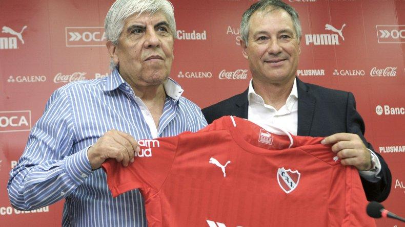 Hugo Moyano con el flamante entrenador de Independiente Ariel Holan.