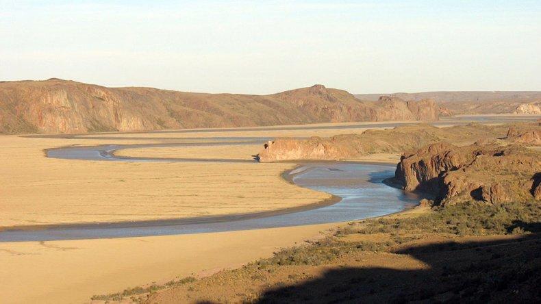 El río se extiende infinito y zigzagueante a un lado y otro