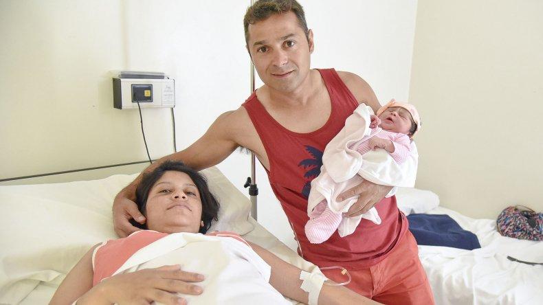 Luz Valentina junto a sus padres. Su nacimiento a las 0:58 fue el primero del año en Comodoro Rivadavia y estuvo en el top ten de toda Argentina.