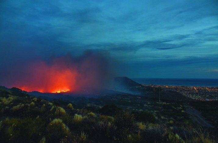 Las llamas que se originaron en el barrio Laprida y continuaron en el camino Roque González.