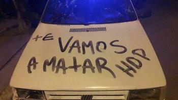 Un vecino de Cañadón Seco halló su auto pintado con frases de amenazas de muerte y también le apedrearon la casa.