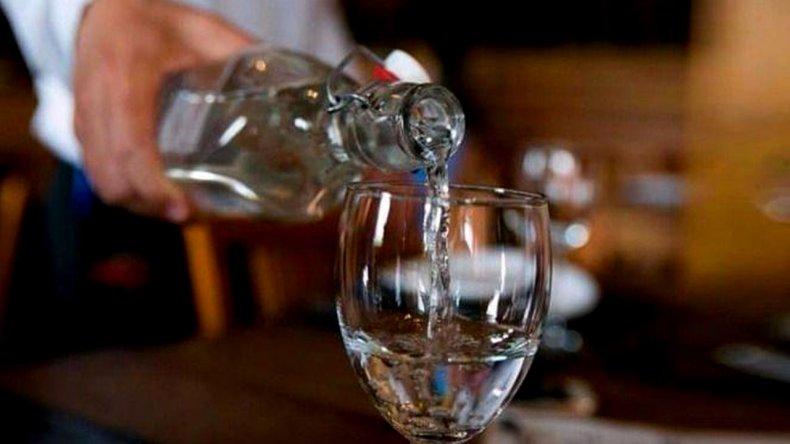 Boliches y restaurantes están obligados a dar agua gratis a los clientes