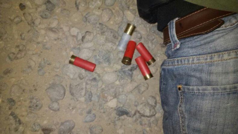 Escapaban en una moto robada y en la huida arrojaron una escopeta