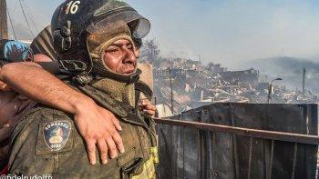 Un bombero vio como el fuego consumía su casa pero siguió trabajando