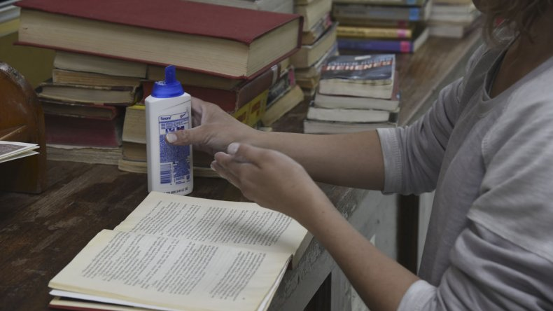 Los libros alcanzados por la inundación fueron puestos sobre las mesas de la Biblioteca Municipal para que comiencen a secarse. También se apeló al uso de productos como talco.