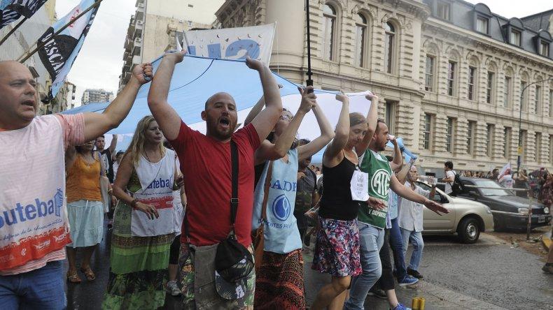 Los gremios docentes se manifestaron frente al Ministerio de Educación pidiendo la reincorporación de los 400 contratos caídos el 31 de diciembre.