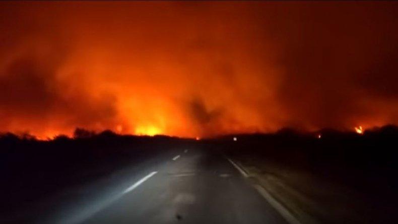 Un auto pasó entre las llamas en medio del incendio en La Pampa