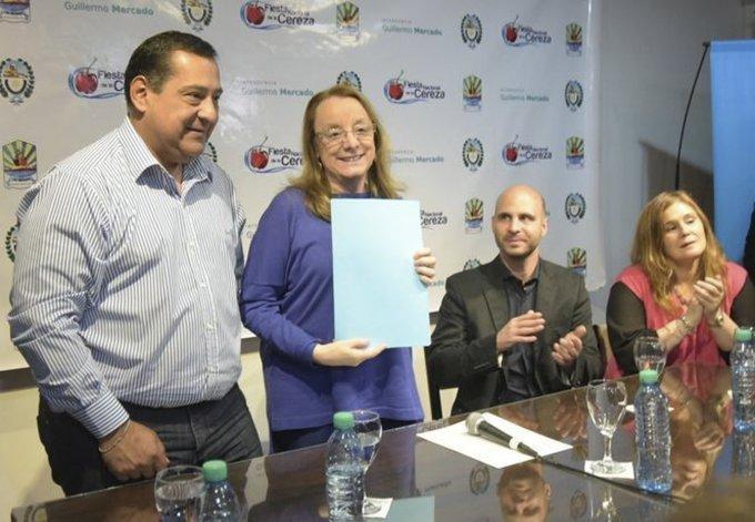 La gobernadora Alicia Kirchner entregó al intendente Guillermo Mercado un aporte financiero gestionado ante el CFI para la Fiesta de la Cereza y dos órdenes de pago para programas sociales.