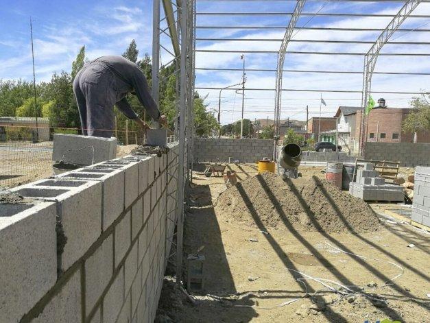 La obra de ampliación del gimnasio municipal General Enrique Mosconi ya ingresó en su segunda etapa de ejecución.
