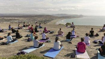Las clases gratuitas de yoga, que ofrece la Municipalidad de Rada Tilly, comenzarán este sabado en la bajada 20.
