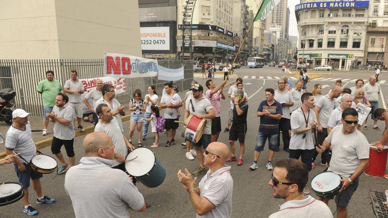 La CGT está preocupada por los despidos que se ejecutan pese al acuerdo firmado a fines de 2016. Las protestas de los trabajadores son frecuentes: ayer fueron los distribuidores de alimentos en Buenos Aires.