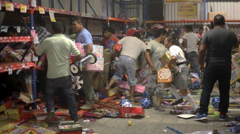 Las protestas derivaron también en actos delictivos como saqueos a comercios.