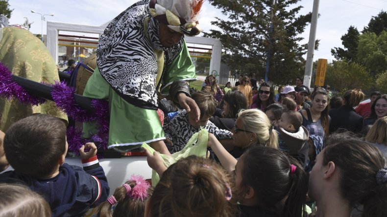 Los Reyes Magos ofrecieron una jornada de diversión en Rada Tilly donde entregaron caramelos y recibieron las cartas de los más pequeños.