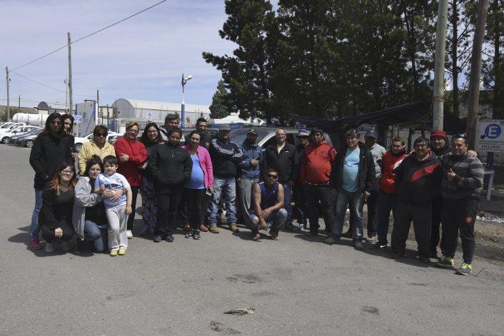 Los operarios y sus familias al mediodía en plena protesta. En la tarde las operadoras transfirieron los montos adeudados