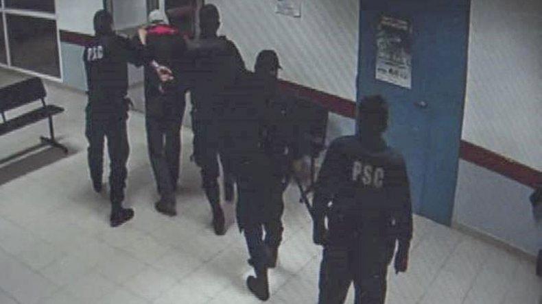 Las cámaras de video registraron al individuo que en la madrugada del miércoles ingresó con un cuchillo y amenazó al personal de la guardia hospitalaria.